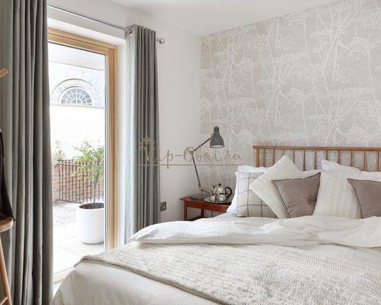 Серо-белые обои для светлой спальной комнаты
