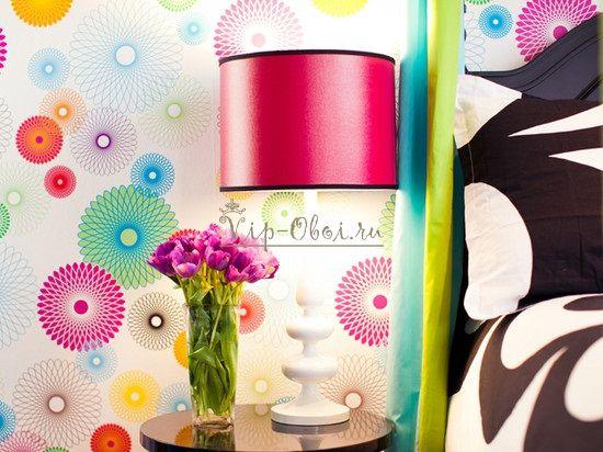 Обои с яркими узорами-шарами в спальне
