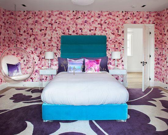 Яркие розовые обои в комнате