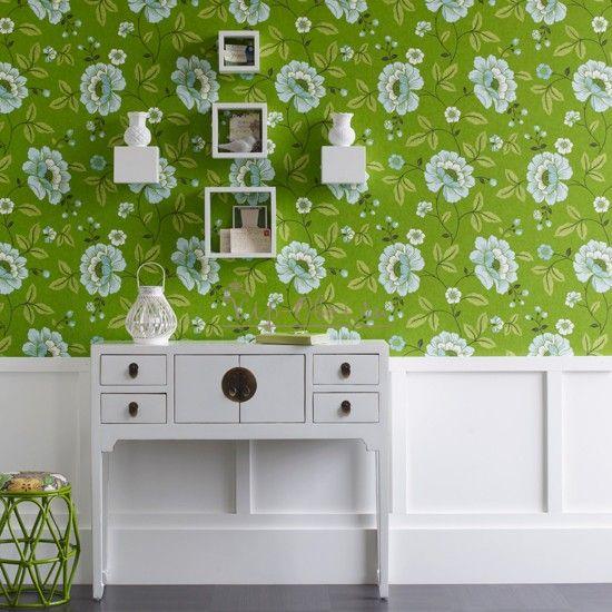 Зелёные обои с белыми цветами в коридоре