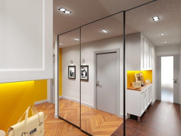 сочетание точечного света и зеркального шкафа