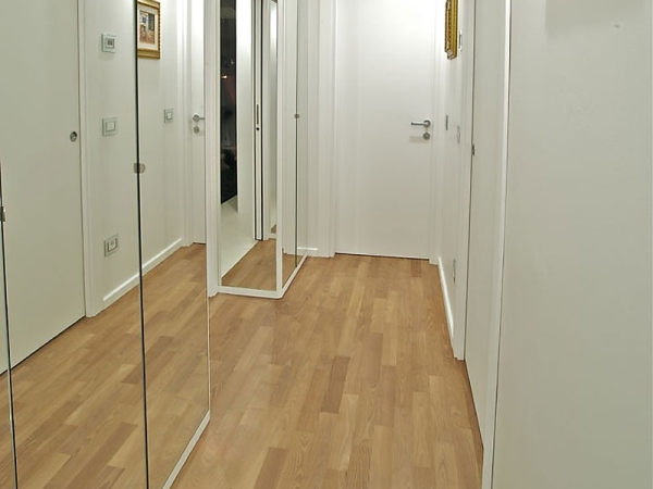 Полностью зеркальный шкаф
