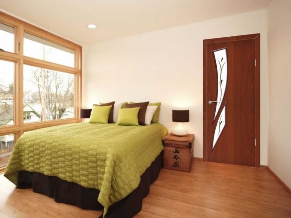 Деревянные двери в спальне