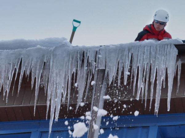 Очистка крыши от снега в москве