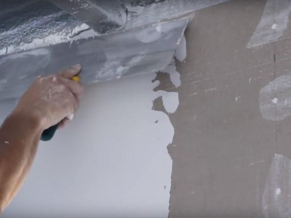 Обрабатываем стены шпаклевкой